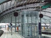 Ost-West-Ebene, Bahnsteig mit Lautsprechersystemen / platform east-west-direction, with loudspeaker systems