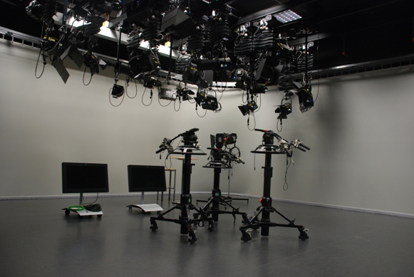 Videostudio mit Pantographen, Scheinwerfern und Kamerastativen / Video Studio with pantographs, projectors and camera stands